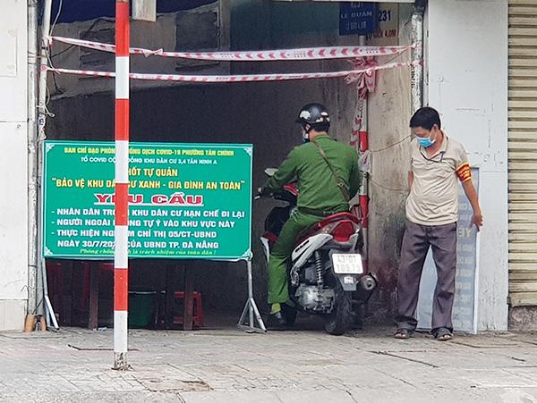 Công an phường Tân Chính (quận Thanh Khê) tăng cường giám sát việc tuân thủ yêu cầu phòng, chống dịch tại các địa bàn kiệt, hẻm
