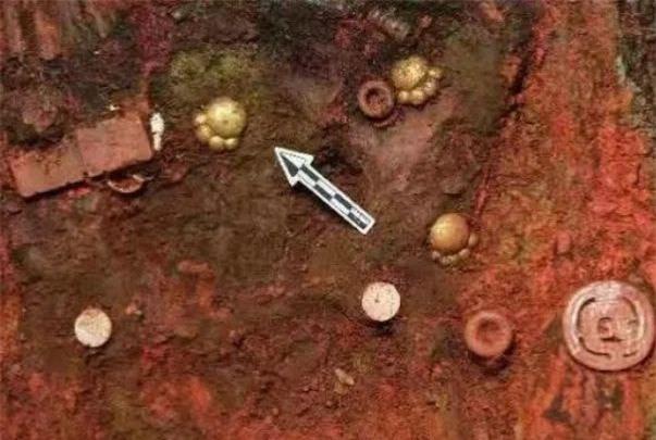 Khai quật lăng mộ, đội khảo cổ đào được 5 chiếc măng cụt mèo bằng vàng ròng 2700 tuổi siêu đáng yêu - Ảnh 1.