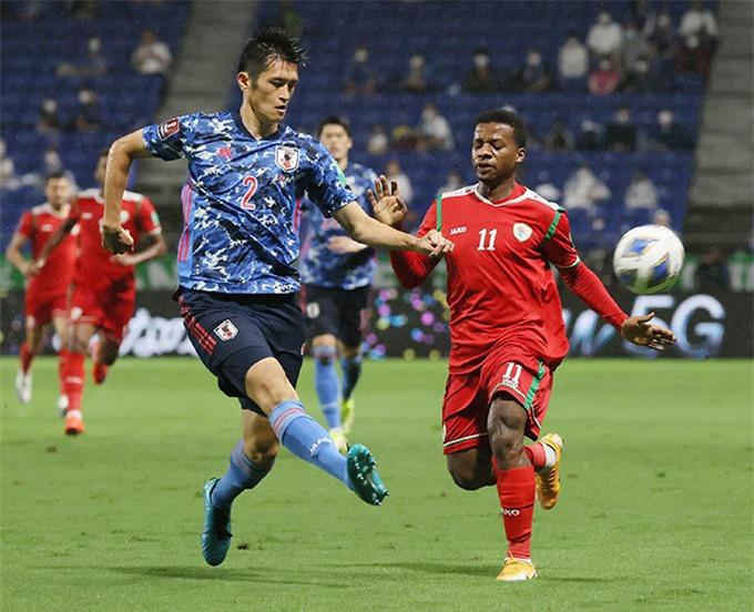 Oman (đỏ) gây sốc khi thắng Nhật ngay trên sân khách