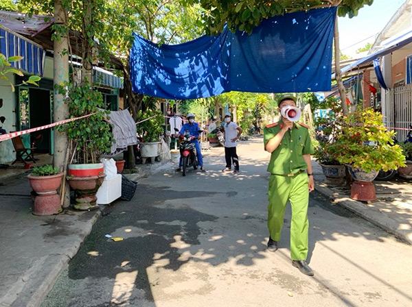 Lực lượng chức năng phường Nại Hiên Đông (quận Sơn Trà, Đà Nẵng) tuyên truyền người dân tuân thủ các biện pháp phòng, chống dịch COVID-19