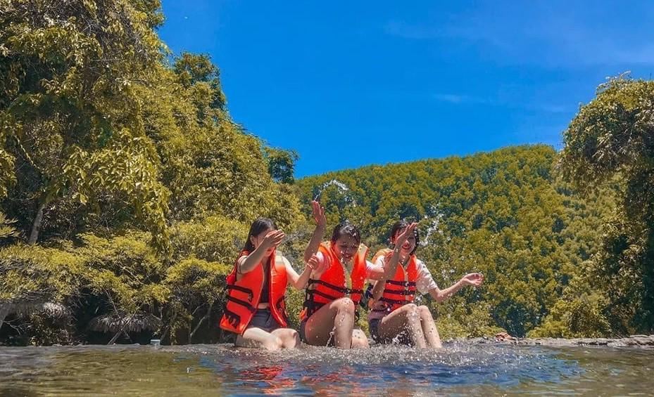Khu du lịch sinh thái Yes Hue Eco với phong cảnh tự nhiên và hoang sơ của Thác Mơ, thuộc thôn Xuân Phú, xã Hương Phú, huyện Nam Đông, tỉnh Thừa Thiên Huế.