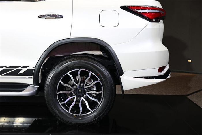 Cận cảnh Toyota Fortuner cao cấp và hầm hố với bản độ cao cấp 6