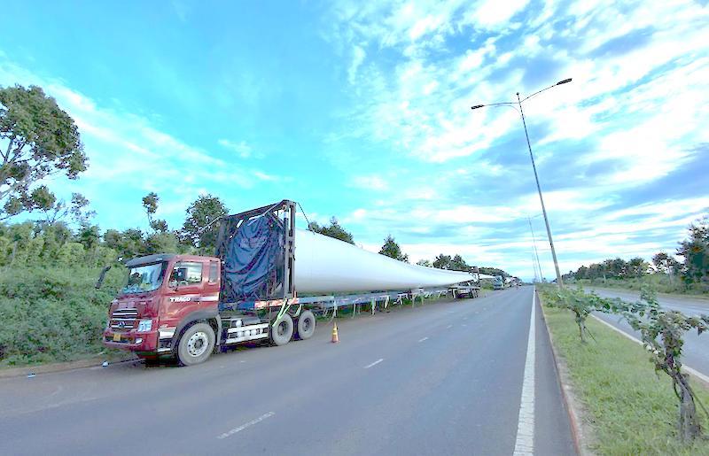 Phương tiện chở thiết bị siêu trường, siêu trọng của Trung Nam Group lưu thông trên đường tránh phía Tây TP. Buôn Ma Thuột.