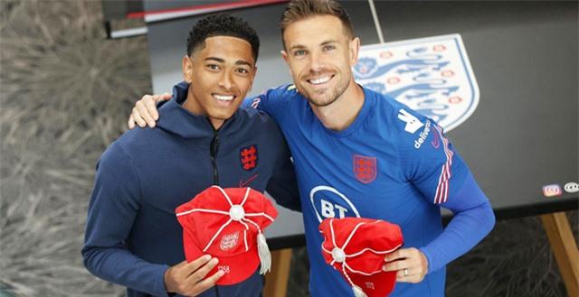 Bellingham (trái) có thể trở thành đồng đội của Henderson vào mùa sau