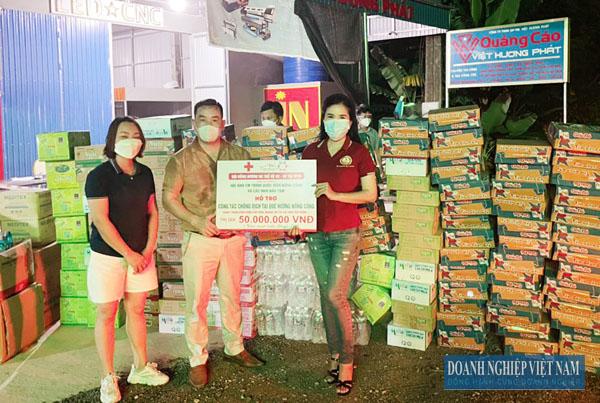 Bà Lê Thị Thắm – Giám đốc Công ty CP VIN.LS Thanh Hóa trao quà ủng hộ phòng chống dịch cho huyện Nông Cống.
