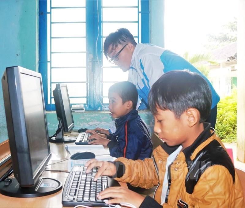"""Chương trình """"Máy tính cũ - Tri thức mới"""" do Trung tâm Phát triển khoa học và công nghệ trẻ TP Hồ Chí Minh, phát động, nhằm hỗ trợ thiết bị cho học sinh khó khăn học trực tuyến."""