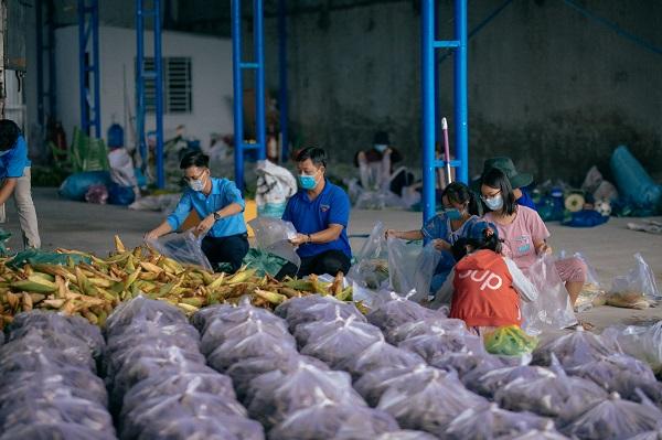 Nông sản được thu mua sẽ đem về bãi tập kết và phân loại.
