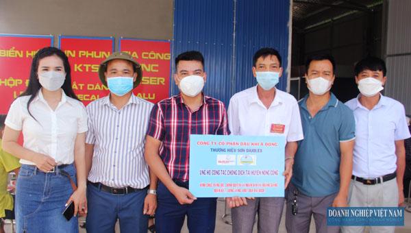 Trưởng phòng Kinh doanh Lê Văn Linh, công ty CP Dầu khía Á Đông trao tặng quà cho đại diện UBND xã Hoàng Giang, Nông Cống.