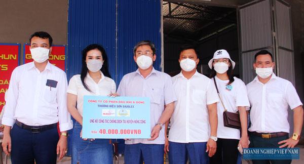 Đại diện Công ty CP Dầu khí Á Đông trao tặng quà ủng hộ phòng chống dịch cho huyện Nông Cống.