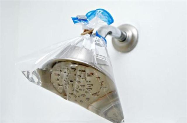 Nhiều người đang tắm dưới vòi hoa sen đầy cặn bẩn kinh người mà không biết, dùng ngay lọ nước này để đánh bong hết chất bẩn bám ở vòi - Ảnh 4.