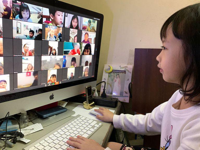 Học sinh khắp nơi vẫn đang thiếu thiết bị để học trực tuyến.