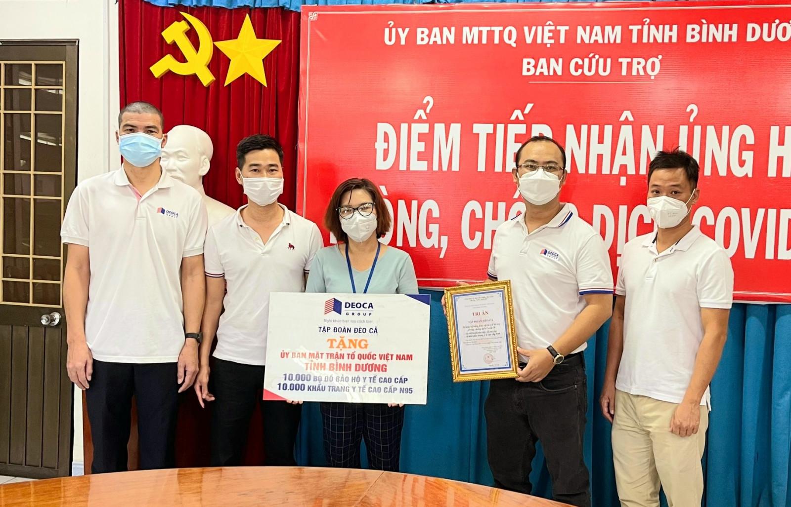 Đại diện Tập đoàn Đèo Cả trao tặng vật tư y tế cho Ủy ban MTTQ Việt Nam tỉnh Bình Dương để phục vụ công tác phòng chống dịch COVID-19.