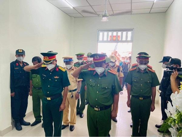 Ban chỉ huy Công an huyện Bến Lức đến viếng và chia buồn cùng đồng chí Trạng tại bàn thờ vọng.