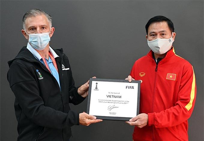 Đại diện FIFA, BTC giải trao bảng danh vị cho ĐT futsal Việt Nam