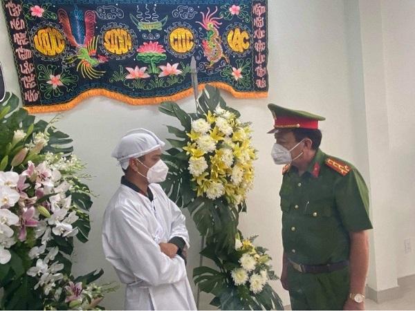 Đại tá Trần Văn Hà, Phó Giám đốc Công an tỉnh Long An đã trực tiếp gặp gỡ, chia buồn và động viên đồng chí Trạng.