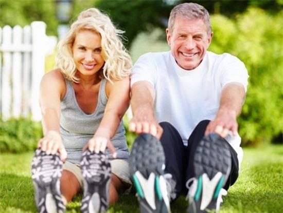 Kéo căng chân, tay để tăng cường vận động khớp