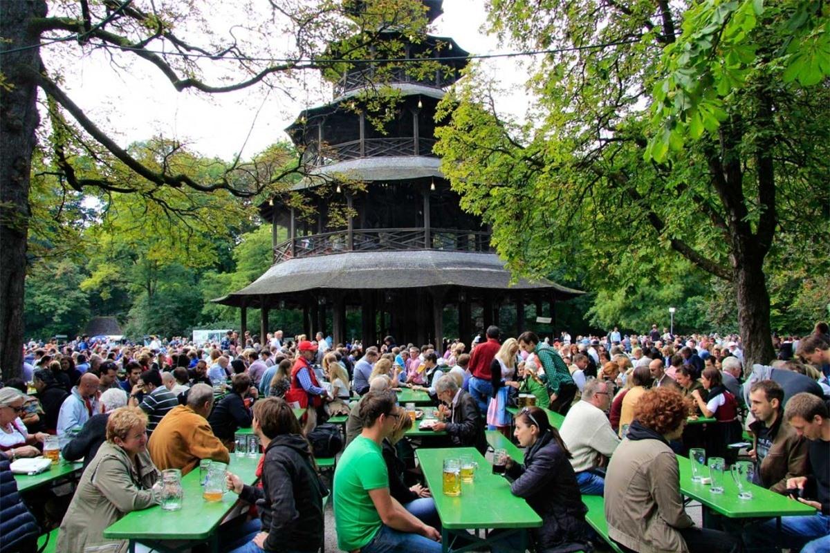 Du khách uống bia trong Englischer Garten tại Munich, Đức. Nguồn: Getty Images