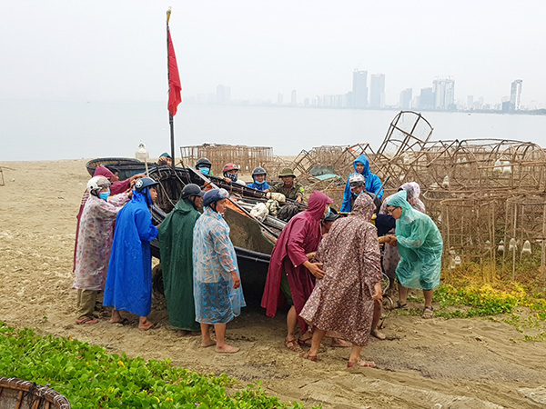 Các lực lượng chức năng hỗ trợ ngư dân Đà Nẵng khẩn trương đưa tàu thuyền vào bờ để phòng, tránh bão CONSON