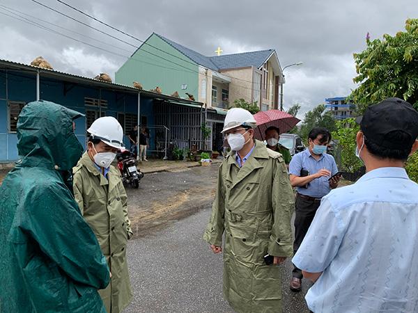 Phó Chủ tịch UBND TP Đà Nẵng Trần Phước Sơn (giữa) kiểm tra công tác phòng, chống bão số 5 (bão CONSON) tại quận Liên Chiểu