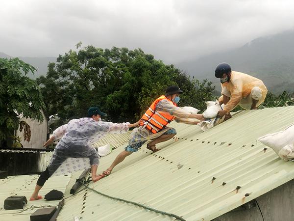 Lực lượng chức năng phường Hòa Hiệp Bắc (quận Liên Chiểu, TP Đà Nẵng) giúp dân chằng chống nhà cửa phòng, tránh bão CONSON