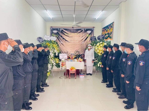Các đồng chí, đồng đội đến viếng và chia buồn cùng đồng chí Trạng tại bàn thờ vọng.