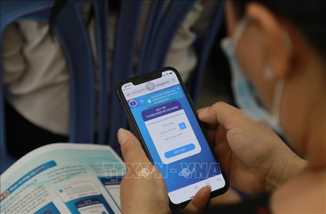 Người dân truy cập hồ sơ sức khỏe điện tử cá nhân trên điện thoại thông minh. Ảnh: Đinh Hằng/TTXVN.