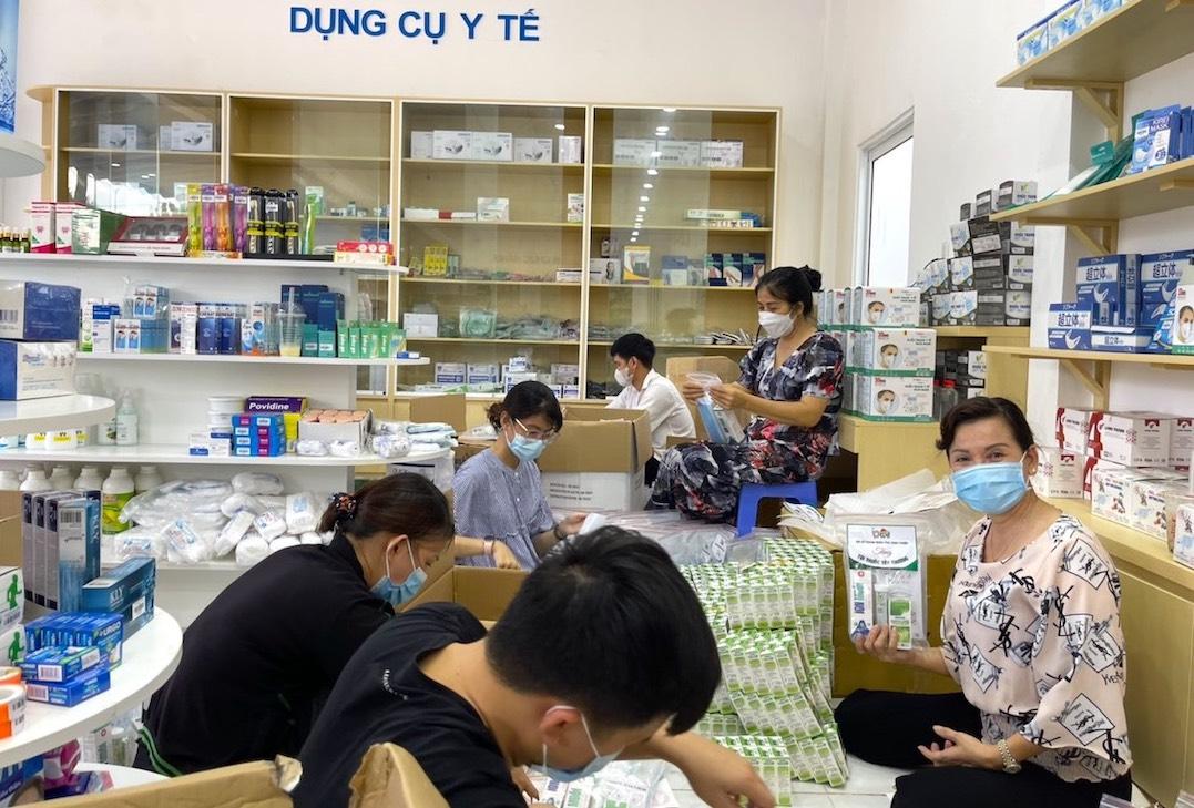 """Các bạn trẻ Bình Phước cùng Hội Nữ doanh nhân tỉnh đóng gói cẩn thận những """"túi thuốc an sinh"""" để gửi đến vùng """"tâm dịch"""""""