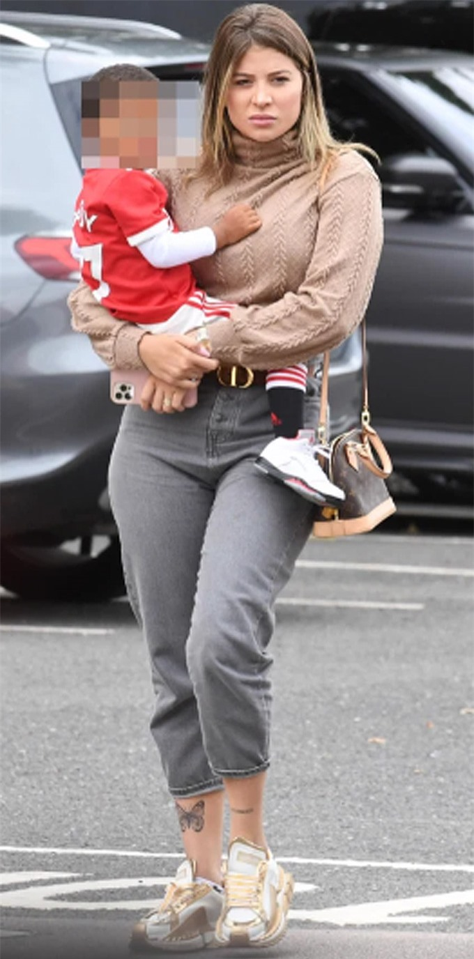 Monique Salum, vợ tiền vệ Fred trông khá căng thẳng khi đến Old Trafford. Hôm nay, Fred có tên trong danh sách dự bị nhưng không được ra sân