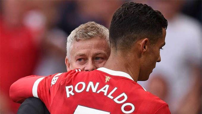 Ronaldo ôm HLV Solskjaer khi trận Man United vs Newcastle kết thúc