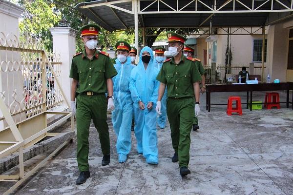 Nguyễn Hoàng Suốt bị công an áp giải (Ảnh: Kim Uyên).