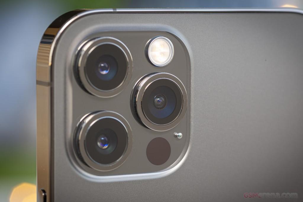 Camera sau của iPhone 12 Pro Max.