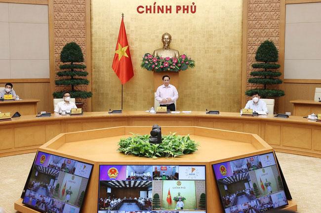 Thủ tướng Phạm Minh Chính chủ trì cuộc họp trực tuyến với lãnh đạo tỉnh Kiên Giang và Tiền Giang. Ảnh: TTXVN.