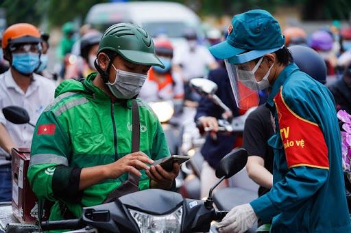 TP Hồ Chí Minh thí điểm cấp mã QR cho người dân 3 quận, huyện để làm việc an toàn.