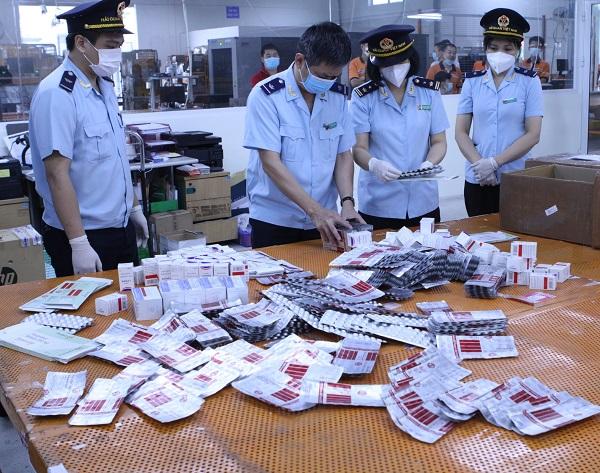 Tang vật của vụ buôn lậu thuốc điều trị COVID-19 vừa bị thu giữ hôm 14/9. Ảnh: Hải quan cung cấp
