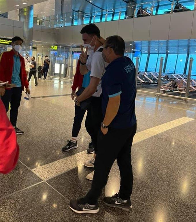 Văn Lâm trong giây phút trùng phùng cùng HLV Park Hang Seo và đồng đội vào ngày 28/8 vừa qua