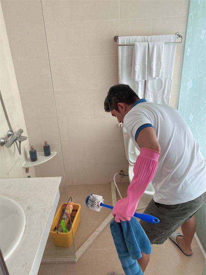 Lương Bằng Quang tự so sánh ảnh trước và sau khi làm nhân viên dọn vệ sinh, tiết lộ đang bị nhiều người xa cách - Ảnh 5.