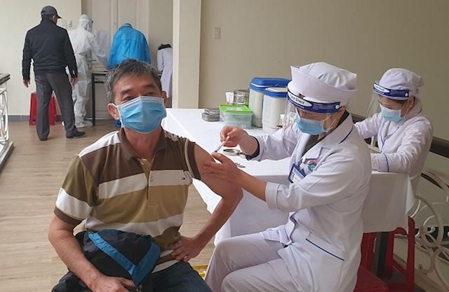 TP Hồ Chí Minh đề xuất sớm tiêm vaccine cho người lao động doanh nghiệp ngành công thương và lực lượng shipper.