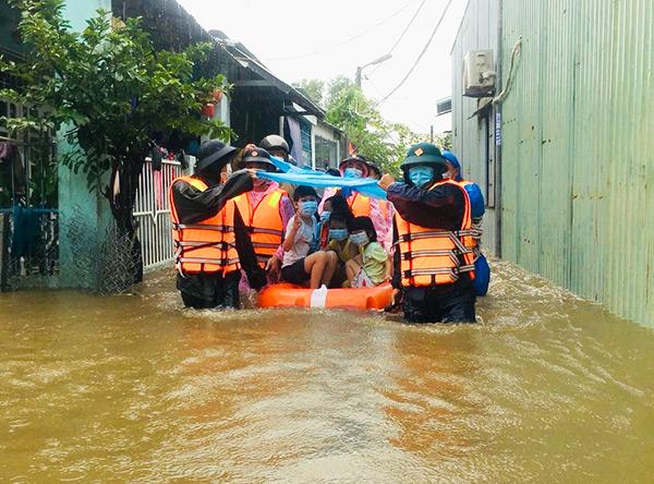 Các lực lượng chức năng di dời người dân khỏi khu vực bị ngập lụt trên địa bàn phường Hòa Khánh Nam (quận Liên Chiểu) trong bão CONSON
