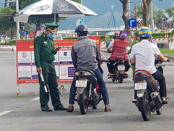 Các lực lượng chức năng Đà Nẵng kiểm tra Giấy đi đường QRCode tại chốt kiểm soát phòng, chống dịch đầu cầu phía Tây cầu Rồng