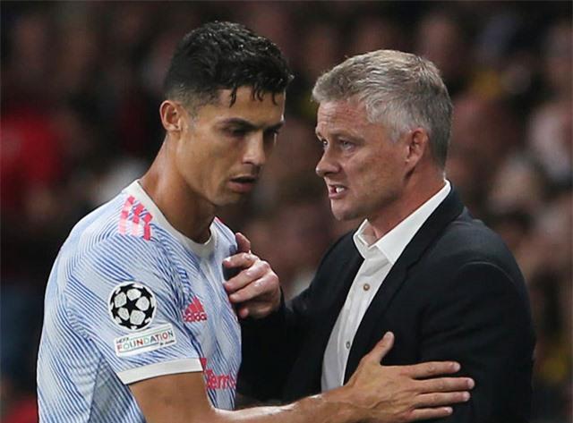 Solskjaer rút Ronaldo khỏi sân khiến MU thất bại