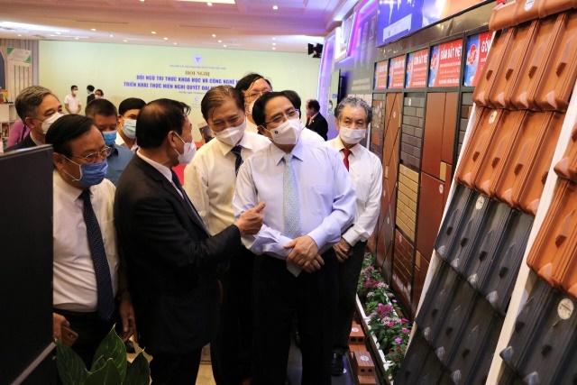 Thủ tướng Phạm Minh Chính thăm gian hàng Gốm Đất Việt