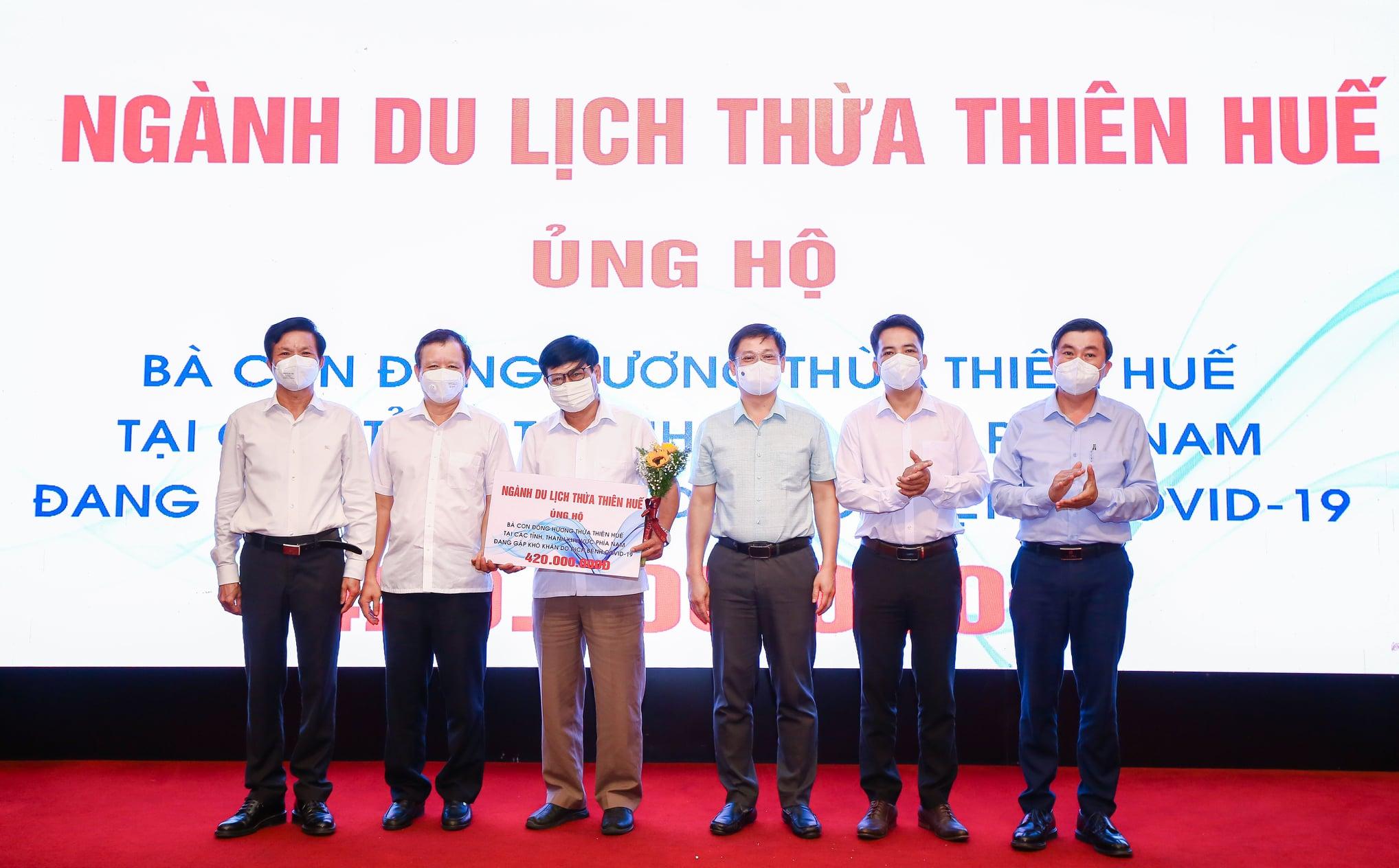 44 đơn vị, cá nhân trong ngành du lịch, dịch vụ tỉnh Thừa Thiên Huế ủng hộ kinh phí và vật chất với trị giá 455 triệu đồng để hỗ trợ đồng hương tại các tỉnh phía Nam đang gặp khó khăn do dịch COVID-19.