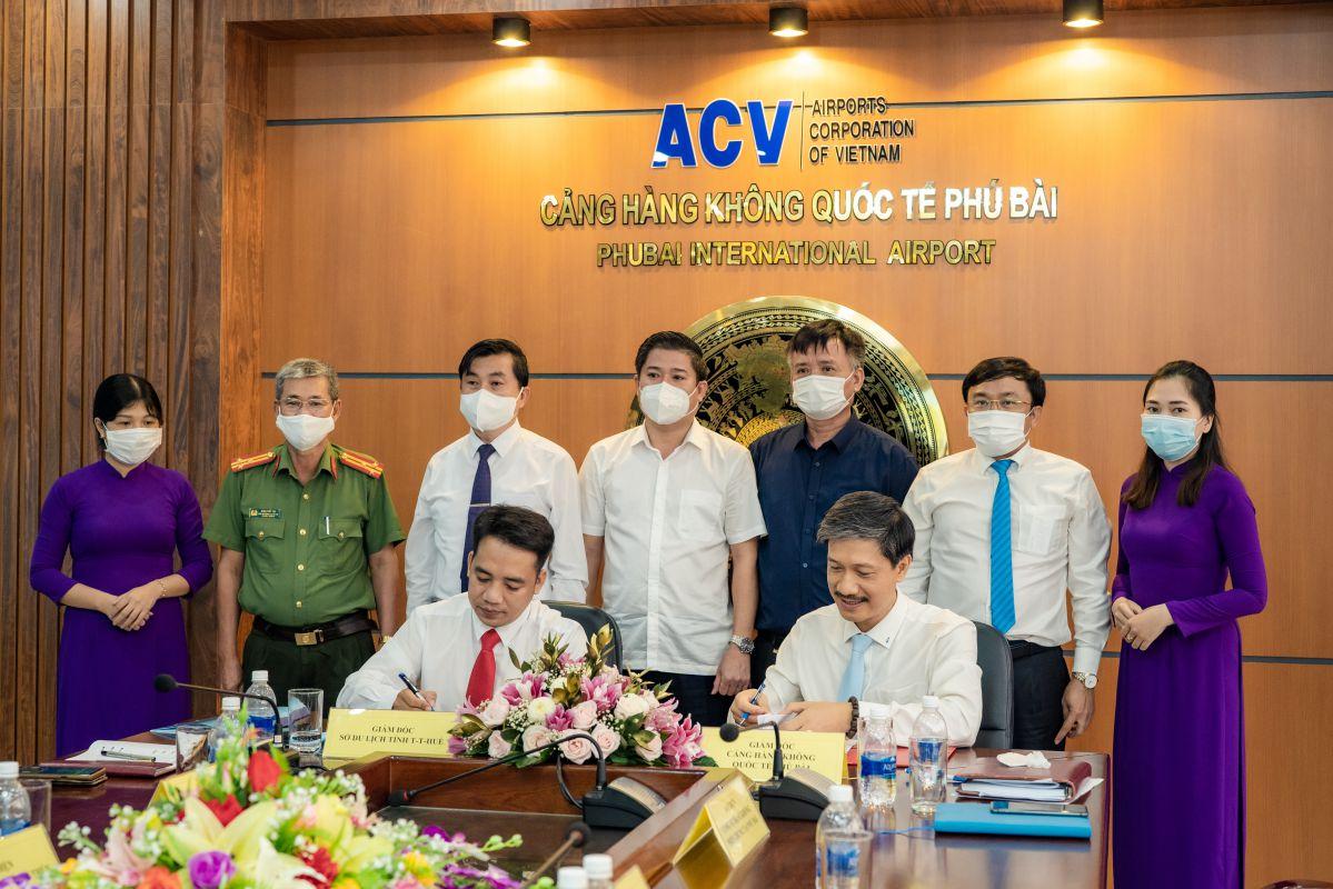 Ông Nguyễn Đức Tiến – Giám đốc Cảng hàng không quốc tế Phú Bài (bên phải) và ông Trần Hữu Thùy Giang – Giám đốc Sở Du lịch Thừa Thiên Huế, ký kết thỏa thuận hợp tác phát triển du lịch.