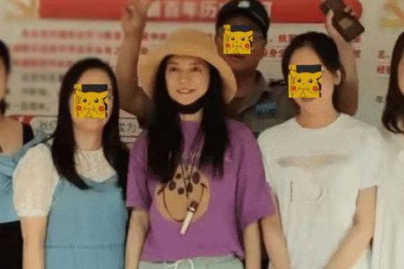 Lộ ảnh Triệu Vy ở quê nhà sau khi bị phong sát, nhan sắc phờ phạc, mặc quần áo xuề xòa