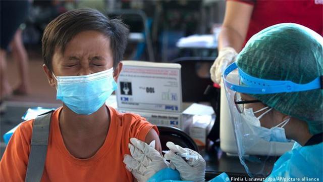 Lào có số ca mắc COVID-19 cộng đồng  tăng vọt, Ấn Độ lập kỷ lục tiêm hơn 20 triệu mũi vaccine/ngày - Ảnh 2.