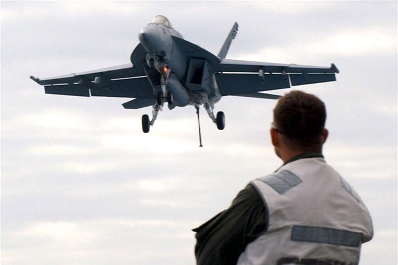 NI cho rằng, dù ra đời đã lâu nhưng F/A-18E/F Super Hornet vẫn được xem là một trong 5 chiến đấu cơ Mỹ đáng gờm nhất thế giới và là dòng tiêm kích hạm mẫu mực hiện nay bởi các khả năng tác chiến tuyệt vời của nó. So với thế hệ cũ, F/A-18E/F được cải tiến mạnh về khung thân, động cơ và hệ thống điện tử hàng không đem lại khả năng tác chiến vượt trội.