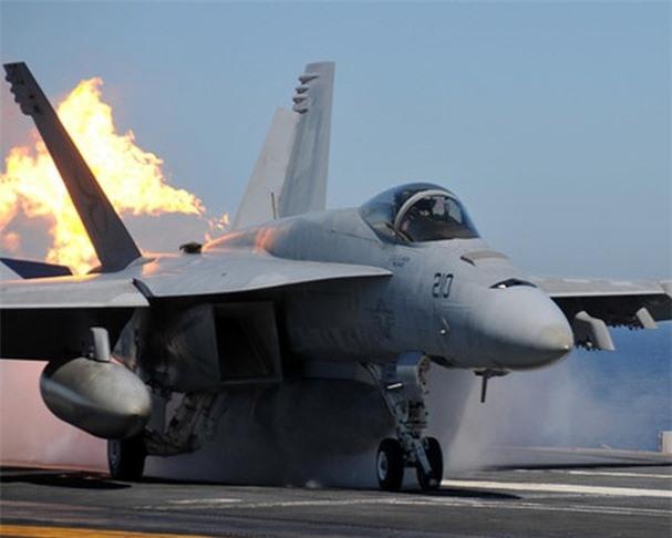 Tiêm kích F/A-18E/F gần như là mẫu tiêm kích hạm trên tàu sân bay tuyệt vời nhất thế giới hiện nay, vượt xa về nhiều mặt so với mẫu MiG-29K của Nga. Chiến đấu cơ F/A-18E/F được kế thừa đặc tính linh hoạt của phiên bản cũ kết hợp với những nâng cấp về hệ thống điện tử cho phép nâng sức mạnh chiến đấu lên tầm cao mới.