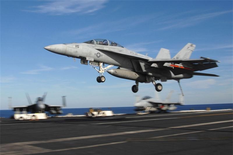 Việc được trang bị radar AN/APG-79 đem lại nhiều ưu thế trong tác chiến đối không, đối đất, hệ thống chiến tranh điện tử hiện đại cho F/A-18E/F. Khả năng mang vác vũ khí của tiêm kích hạm này cực ấn tượng với 8 tấn bom đạn các loại.