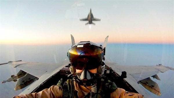 Cụ thể, F/A-18E/F được trang bị những vũ khí hiện đại nhất như tên lửa không đối không tầm trung AIM-120 AMRAAM, bom dẫn đường laser Paveway, tên lửa chống bức xạ AGM-88 Harm, đạn tấn công ngoài tầm phòng không điểm AGM-154, AGM-158.