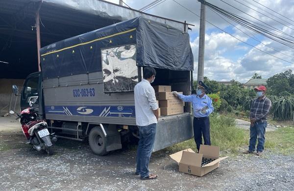 """Tiền Giang: Dùng xe """"luồng xanh"""" đi tiêu thụ gần 2.000 chai phân bón giả"""